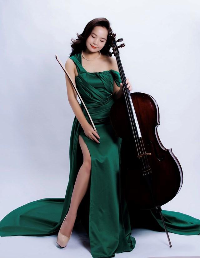 Nghệ sĩ Đinh Hoài Xuân lànữ tiến sĩ chuyên ngành Cello đầu tiên tại Việt Nam.