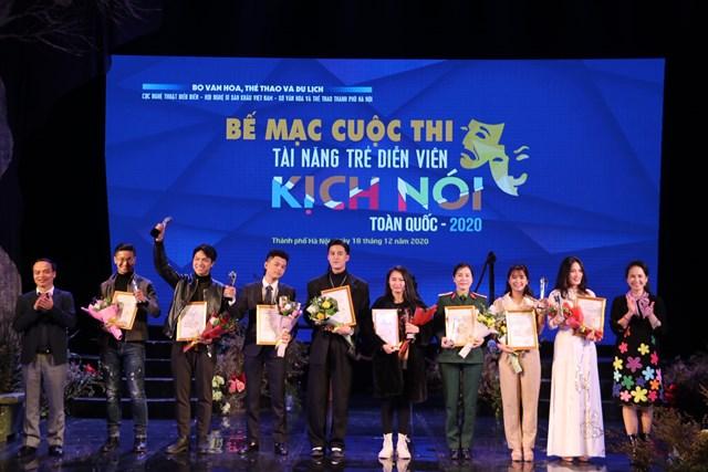 Trao HCB cho các Tài năng trẻ diễn viên kịch nói.