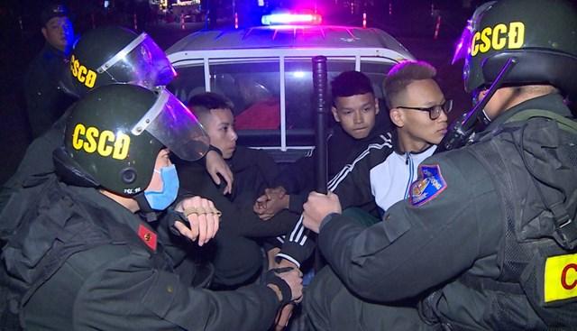 Nhóm thanh niên có hành vi đi xe lạng lách, đáng võng bị đưa về Đồn