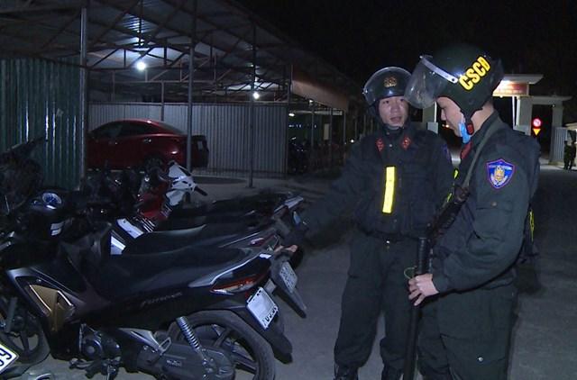 Lực lượng Công an thu giữ xe của nhóm thanh niên.