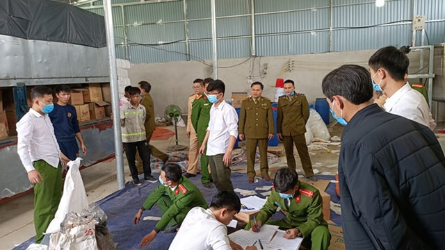 Lực lượng Công an ập vào kiểm tra cơ sở sản xuất nước giặt, chất tẩy rửa giả