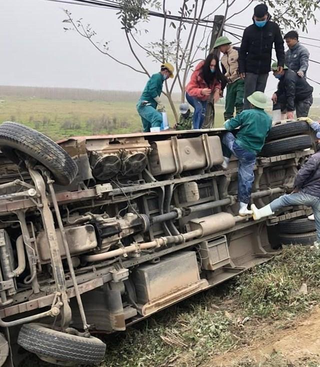 Chiếc xe bị lật ngửa nhưng may mắn không có thương vong về người.