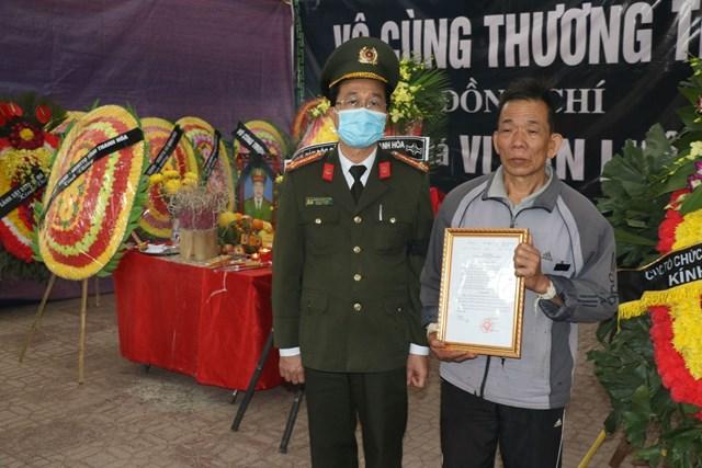 Lãnh đạo Bộ Công an trao Quyết định thăng cấp bậc hàm từ Thiếu tá lên Trung tácho gia đình chiến sĩ Vi Văn Luân.