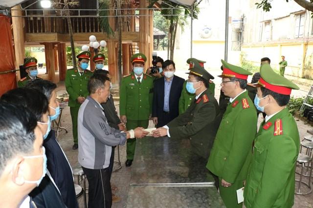 Đại tá Phạm Quang Tuyển, Phó cục trưởng Cục Tổ chức cán bộđã trao 50 triệu đồng cho gia đình chiến sĩ Vi Văn Luân.