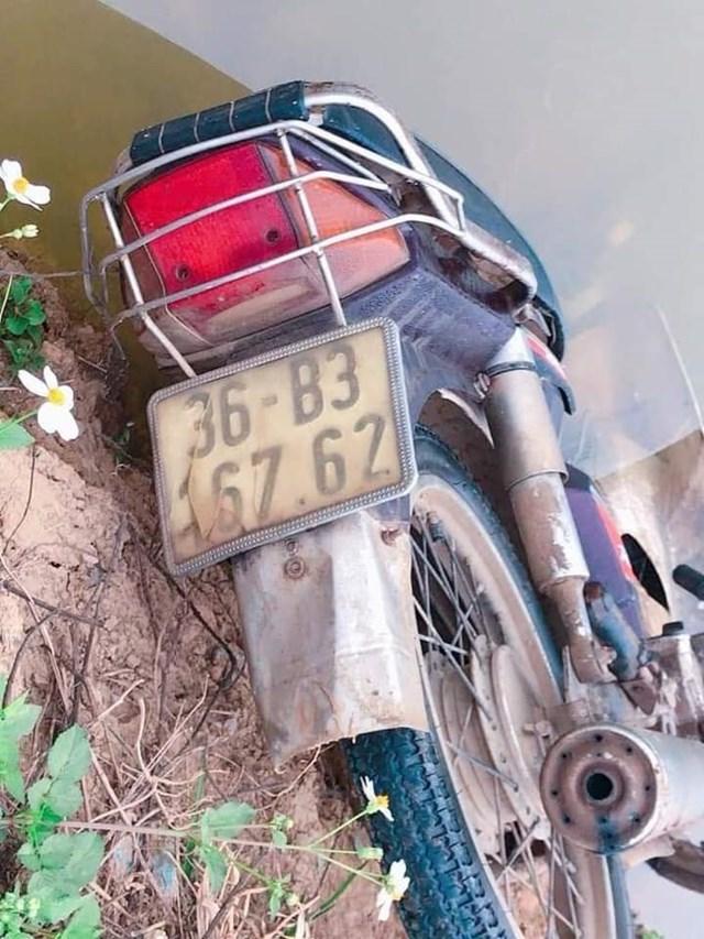 Chiếc xe máy nằm cách thi thể khoảng 10m