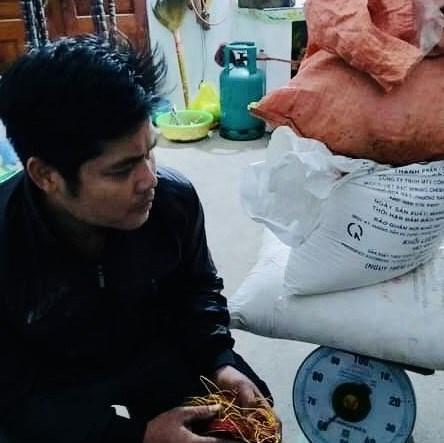 Cho 60 kg thuốc nổ vào bao tải rồi đem cất xung quanh nhà