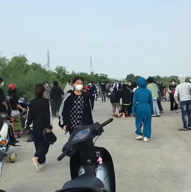 50 nữ sinh chia thành 2 nhóm, lao vào ẩu đả với nhiều hung khí như tuýp sát, dao, gậy gộc...