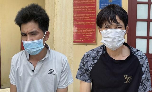 Phạm Văn Việt (góc trái) mặc áo ngành y tế với ý định thông chốt kiểm dịch.