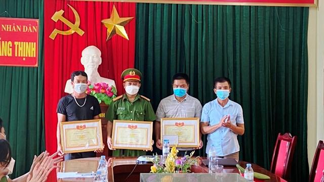 Công an xã Hoằng Thịnh cùng 2 người đàn ông trả lại vàng được UBND xã trao tặng bằng khen.