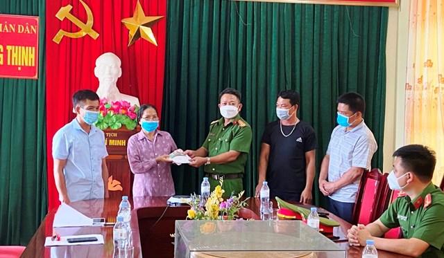 Đại diện Công an xã Hoằng Thịnh trao trả 8 chỉ vàng cùng 8,5 triệu đồng cho người bị mất.