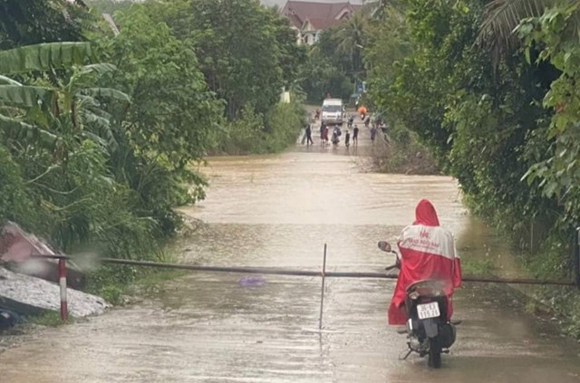 Mực nước tại các sông, suối dân cao làm chia cắt các tuyến đường trên địa bàn huyện Như Xuân.