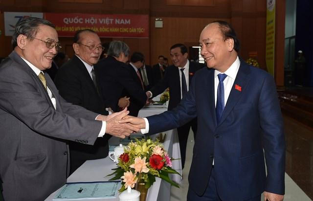 Thủ tướng Nguyễn Xuân Phúc với các đại biểu tại cuộc gặp mặt kỷ niệm 75 năm Ngày Tổng tuyển cử đầu tiên bầu Quốc hội Việt Nam. Ảnh VGP.