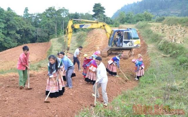 Người dân tham gia làm đường giao thông nông thôn ở Simacai (Lào Cai). Ảnh: Quốc hồnG.