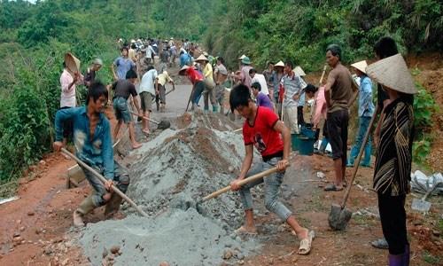 Nhân dân xã Tân Liên, huyện Cao Lộc (Lạng Sơn) làm đường giao thông nông thôn. Ảnh: Phạm Tuấn.