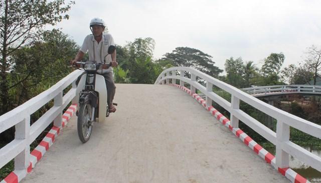 Cầu giao thông nông thôn mang lại cuộc sống mới cho người dân nơi đây. Ảnh: Kim Ngọc.