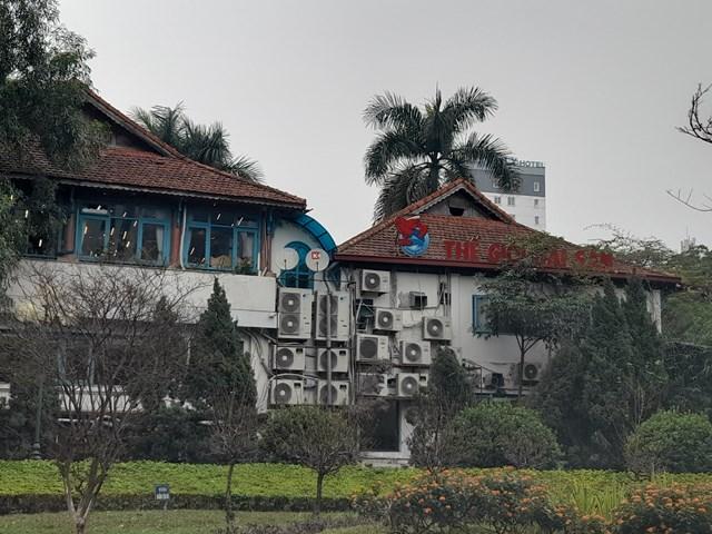 Nhà hàng Thế giới hải sản tồn tại nhiều năm trên đất Công viên Thủ Lệ mà không bị xử lý.