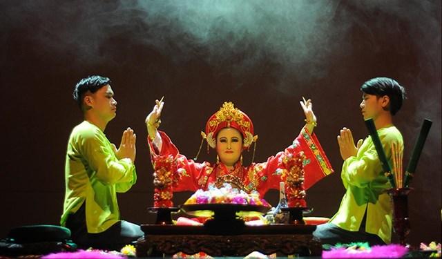 Trình diễn nghi lễ hầu đồng trên sân khấu.