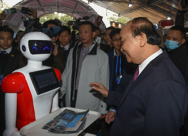 Thủ tướng Nguyễn Xuân Phúc thăm các gian hàng tại Triển lãm quốc tế đổi mới sáng tạo Việt Nam 2021. Ảnh: VGP.