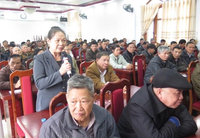 Một cuộc họp lắng nghe ý kiến người có uy tín ở huyện Bạch Thông.