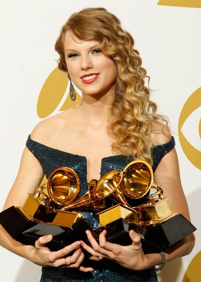 """Vào năm 2010, Taylor Swift """"công chúa nhạc đồng quê"""" đã giành được 4 giải thưởng Grammy cho các mục Album của năm."""