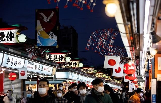 Người dân Tokyo (Nhật Bản) đón năm mới trong bầu không khí lo ngại Covid-19. Ảnh: AFP.