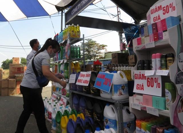 Nhiều đơn vị giảm giá mạnh tại Ngày hội công nhân, phiên chợ nghĩa tình.