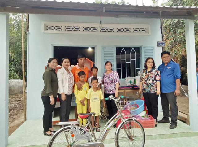 Trao nhà Đại đoàn kết cho 4 đứa trẻ nghèo mồ côi ở Gò Quao.