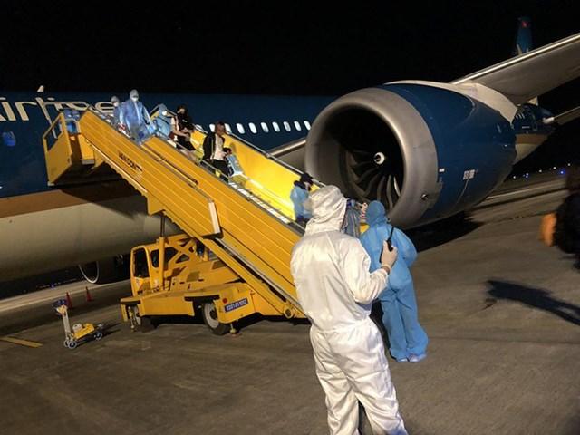 Chuyến bay thẳng đưa công dân Việt Nam từ Mỹ về nước hạ cánh xuống sân bay Vân Đồn (Quảng Ninh), ngày 8/5/2020.
