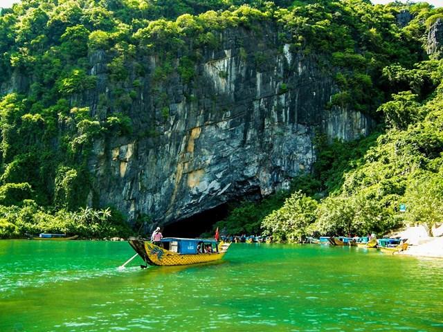 Sông Son trong xanh tại Vườn Quốc gia Phong Nha - Kẻ Bàng (Quảng Bình).