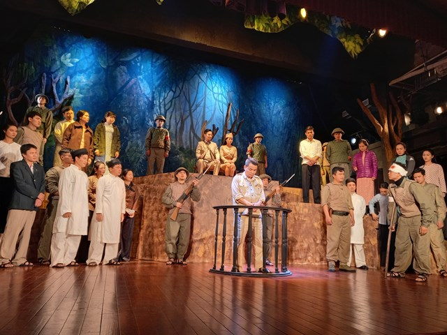 """Cảnh trong vở """"Đêm trắng"""" của Nhà hát Kịch Việt Nam."""