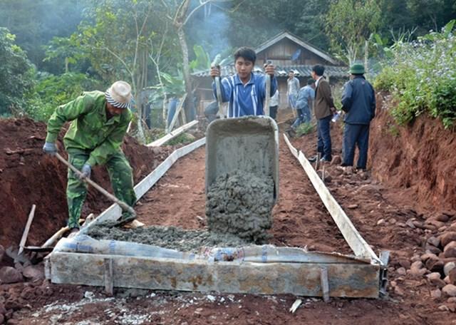 Người dân bản Tàng Do, xã Nậm Tin (huyện Nậm Pồ, Điện biên) làm đường bê tông nội bản.