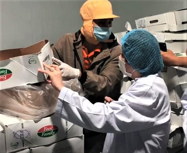 Đoàn kiểm tra Ban Quản lý An toàn thực phẩm của TP HCM đến kiểm tra tại một cơ sở thực phẩm vào đêm 16/1.