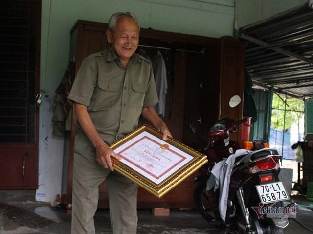 Ông Kính được chính quyền TP HCM tặng nhiều bằng khen. (Ảnh: Nguyễn Sơn).
