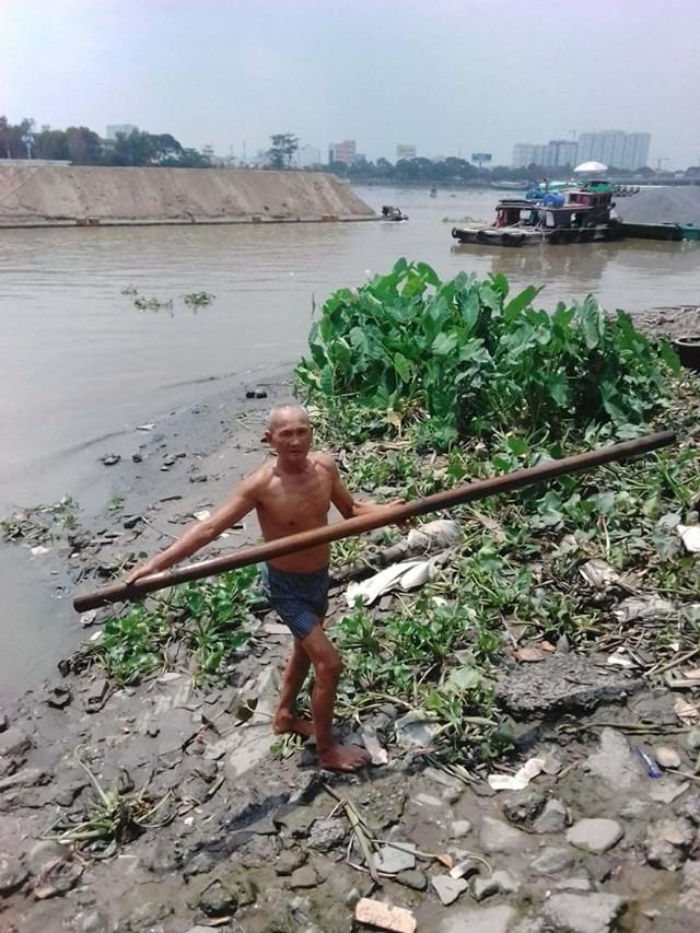 Sau lần gặp nạn do bất cẩn, bây giờ, ông Kính luôn sử dụng cây để vớt rác tại các miệng cống thoát nước. (Ảnh nhân vật cung cấp).