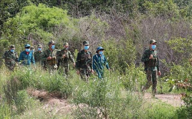 Chiến sĩ Đồn Biên phòng Lộc An (Bình Phước) tuần tra khu vực biên giới. Ảnh: Sỹ Tuyên.