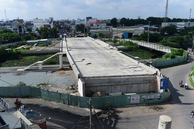 """Dự án xây cầu Tân Kỳ Tân Quý """"trùm mền"""" nhiều năm."""