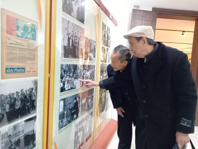Các đại biểu thăm gian trưng bày báo Cứu Quốc - Giải Phóng tại Bảo tàng Báo chí Việt Nam. Ảnh: Phạm Sỹ.