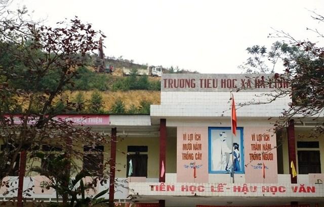 Đơn vị thi công cao tốc Bắc – Nam lấy đất ngay sát Trường tiểu học Hà Lĩnh.