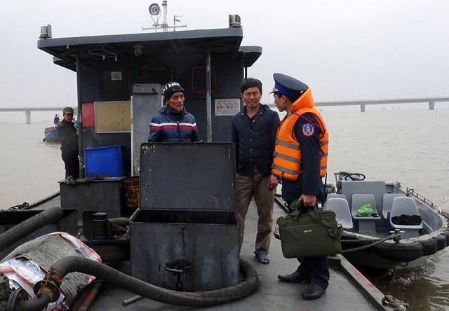 Cảnh sát biển Vùng 1 trong đợt kiểm tra các phương tiện đường thủy tại Quảng Ninh.