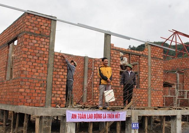 Người dân Trà Leng phấn khởi với ngôi nhà đang xây dựng.