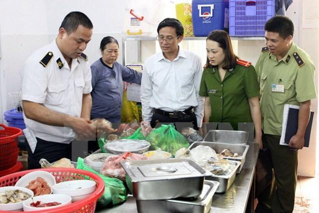 Lực lượng chức năng kiểm tra công tác an toàn vệ sinh thực phẩm.