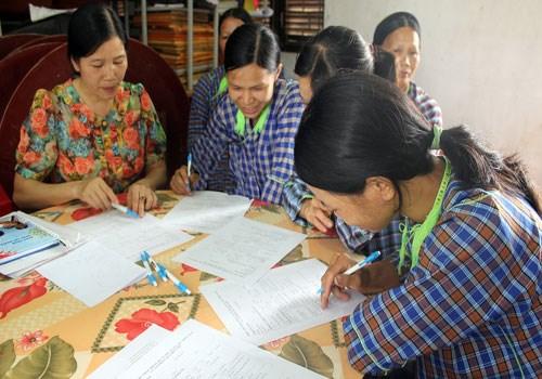 Cán bộ Hội LHPN tỉnh Lạng Sơn hướng dẫn cán bộ, hội viên phụ nữ xã Thanh Lòa (huyện Cao Lộc) các nội dung về thực hiện bình đẳng giới.