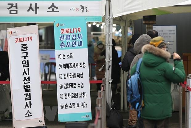 Người dân xếp hàng chờ xét nghiệm Covid-19 tại Seoul (Hàn Quốc). Ảnh: Yonhap.
