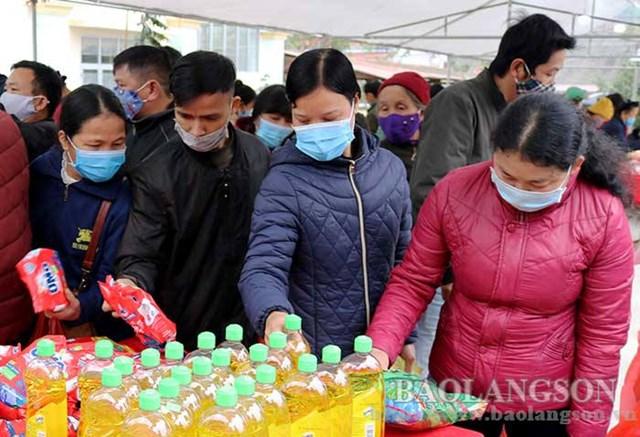Người dân thị trấn Bình Gia chọn các mặt hàng do Hội Chữ thập đỏ huyện Bình Gia tổ chức.