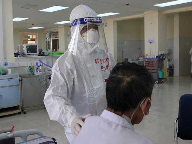 Điều dưỡng Bạch Văn Hoàn (Bệnh viện Bạch Mai ) chăm sóc bệnh nhân ở vùng có dịch Hải Dương. Nguồn: SK&ĐS.