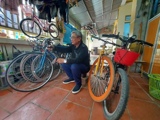 """Những chiếc xe đạp cũ đã được ông Kính """"phù phép"""" thành những chiếc xe như mới."""