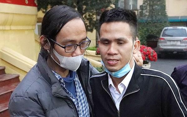 Từ trái qua: Anh Nguyễn Văn Hiệp (bố của bé gái) và anh Nguyễn Ngọc Mạnh. Ảnh:Gia Chính.