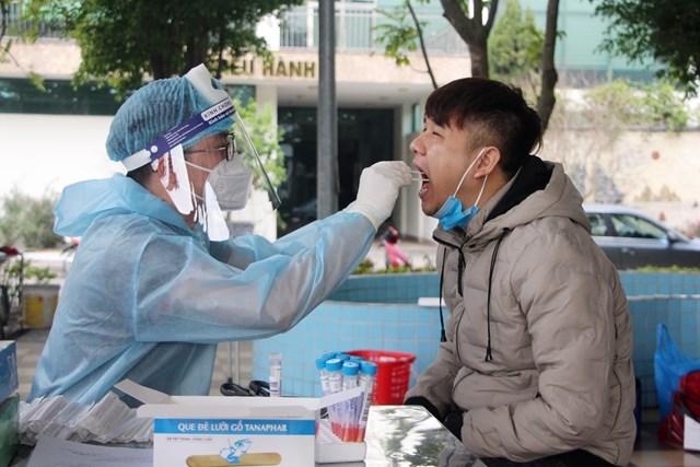 Người dân thị xã Đông Triều, tỉnh Quảng Ninh tự nguyện lấy mẫu xét nghiệm. Ảnh: Thu Chung.