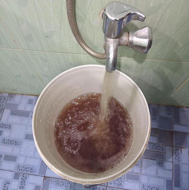 Nước bẩn dược người dân phường Vĩnh Hải (Nha Trang) phản ánh, sáng ngày 3/3. Ảnh: Nguyễn Hoàng Long.