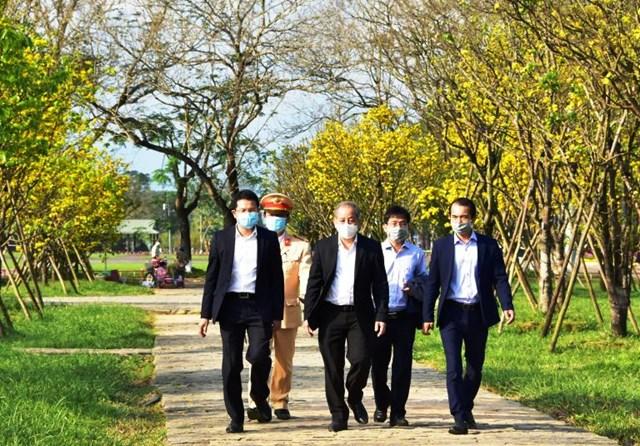 Chủ tịch UBND Thừa Thiên-Huế Phan Ngọc Thọ (đi giữa) kiểm tra vườn Hoàng mai trước Đại nội-Huế trong dịp Xuân Tân Sửu-2021.